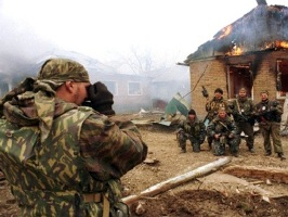 23 Mar 2000, KOMSOMOLSK, TCHETCHENIE, Russia --- RUSSIAN FORCES IN A CHECHEN VILLAGE --- Image by © V.VELENGURIN/R.P.G./CORBIS SYGMA