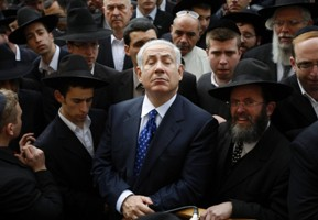 RNPS IMAGES OF THE YEAR 2009 MEA - Israel's Likud party leader Benjamin Netanyahu (C) attends the funeral of Rabbi Avraham Ravitz in Jerusalem January 26, 2009. Ravitz was the chairman of Degel Hatorah Jewish religious party in Israel's parliament. He suffered from a heart condition and died on Monday at the age of 75.    REUTERS/Baz Ratner (JERUSALEM)