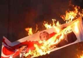 23.04.2010. Fakelnaya shestvie v Yerevane. Zjigaetsya portreti tureckikh rukovaditeley.